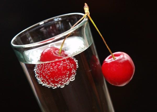 """Leinwandbild """"Kirschen im Glas mit Wasser"""""""